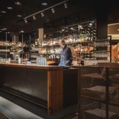 Här hittar du barer som har öppet sent i Stockholm