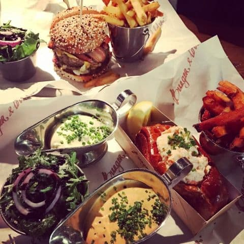 Lobster roll och burgare – Bild från Burger & Lobster av Adam L.