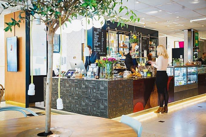 Hotellreception och café · Urban Deli Sveavägen